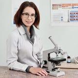 Γιατρός κτηνιάτρων με το μικροσκόπιο στοκ φωτογραφίες με δικαίωμα ελεύθερης χρήσης