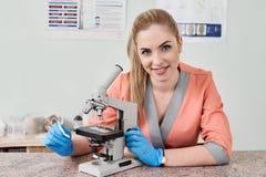 Γιατρός κτηνιάτρων με το μικροσκόπιο στοκ εικόνα με δικαίωμα ελεύθερης χρήσης