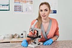Γιατρός κτηνιάτρων με το μικροσκόπιο στοκ φωτογραφία