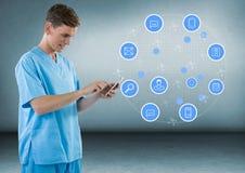 Γιατρός με ένα κινητό τηλέφωνο με τα apps στο γκρίζο κλίμα Στοκ φωτογραφία με δικαίωμα ελεύθερης χρήσης