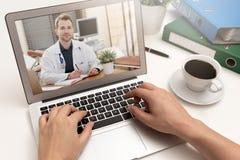 Γιατρός με ένα στηθοσκόπιο Έννοια τηλεϊατρικής στοκ φωτογραφίες