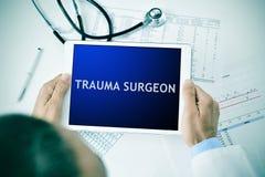 Γιατρός με μια ταμπλέτα με το χειρούργο τραύματος κειμένων Στοκ φωτογραφίες με δικαίωμα ελεύθερης χρήσης
