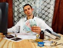 Γιατρός με τα ευρο- χρήματα Στοκ εικόνες με δικαίωμα ελεύθερης χρήσης