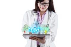 Γιατρός με τα ιατρικά apps στην ψηφιακή ταμπλέτα 1 Στοκ φωτογραφία με δικαίωμα ελεύθερης χρήσης