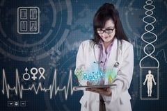 Γιατρός με τα ιατρικά apps στην ψηφιακή ταμπλέτα 3 Στοκ Εικόνες