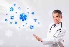 Γιατρός με τα μπλε ιατρικά εικονίδια Στοκ Εικόνες