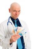 Γιατρός με τα χρήματα στο άσπρο παλτό εργαστηρίων Στοκ Εικόνες