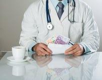 Γιατρός με τα χρήματα Στοκ φωτογραφίες με δικαίωμα ελεύθερης χρήσης