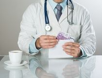 Γιατρός με τα χρήματα Στοκ Φωτογραφίες
