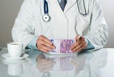 Γιατρός με τα χρήματα Στοκ Εικόνες