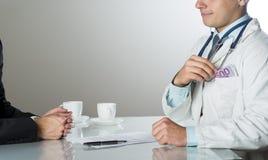 Γιατρός με τα χρήματα Στοκ εικόνες με δικαίωμα ελεύθερης χρήσης