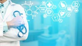 Γιατρός με την ιατρική διεπαφή εικονιδίων υγειονομικής περίθαλψης Στοκ Φωτογραφία