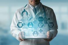Γιατρός με την ιατρική διεπαφή εικονιδίων υγειονομικής περίθαλψης Στοκ φωτογραφία με δικαίωμα ελεύθερης χρήσης