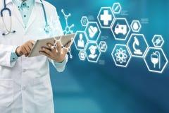 Γιατρός με την ιατρική διεπαφή εικονιδίων υγειονομικής περίθαλψης Στοκ Εικόνα