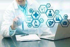 Γιατρός με την ιατρική διεπαφή εικονιδίων υγειονομικής περίθαλψης Στοκ εικόνες με δικαίωμα ελεύθερης χρήσης
