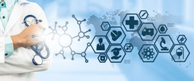 Γιατρός με την ιατρική διεπαφή εικονιδίων υγειονομικής περίθαλψης Στοκ εικόνα με δικαίωμα ελεύθερης χρήσης