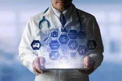 Γιατρός με την ιατρική διεπαφή εικονιδίων υγειονομικής περίθαλψης Στοκ Φωτογραφίες