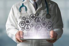 Γιατρός με την ιατρική σύγχρονη διεπαφή εικονιδίων επιστήμης Στοκ Εικόνες