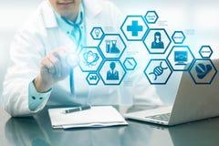 Γιατρός με την ιατρική σύγχρονη διεπαφή εικονιδίων επιστήμης Στοκ φωτογραφίες με δικαίωμα ελεύθερης χρήσης