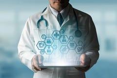 Γιατρός με την ιατρική σύγχρονη διεπαφή εικονιδίων επιστήμης Στοκ Φωτογραφία
