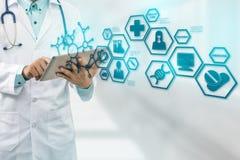 Γιατρός με την ιατρική σύγχρονη διεπαφή εικονιδίων επιστήμης Στοκ φωτογραφία με δικαίωμα ελεύθερης χρήσης