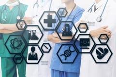 Γιατρός με την ιατρική σύγχρονη διεπαφή εικονιδίων επιστήμης Στοκ Εικόνα