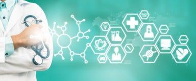 Γιατρός με την ιατρική σύγχρονη διεπαφή εικονιδίων επιστήμης στοκ φωτογραφίες