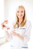 Γιατρός με την οδοντόβουρτσα και σαγόνια στο νοσοκομείο Στοκ Φωτογραφία