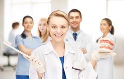 Γιατρός με την οδοντόβουρτσα και τα σαγόνια Στοκ Φωτογραφία