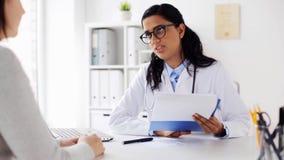 Γιατρός με την περιοχή αποκομμάτων και γυναίκα στο νοσοκομείο απόθεμα βίντεο