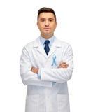 Γιατρός με την προστατική κορδέλλα συνειδητοποίησης καρκίνου Στοκ φωτογραφία με δικαίωμα ελεύθερης χρήσης