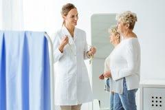 Γιατρός με την ταινία μέτρου Στοκ φωτογραφία με δικαίωμα ελεύθερης χρήσης