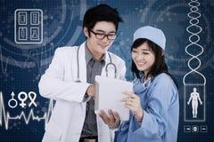 Γιατρός με την ταμπλέτα και το φουτουριστικό υπόβαθρο διεπαφών Στοκ εικόνα με δικαίωμα ελεύθερης χρήσης