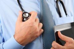 Γιατρός με την ψηφιακή ταμπλέτα Στοκ φωτογραφίες με δικαίωμα ελεύθερης χρήσης