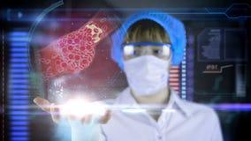 Γιατρός με τη φουτουριστική ταμπλέτα οθόνης hud Φραγμένη πινακίδα χοληστερόλης αρτηριών Ιατρική έννοια του μέλλοντος απόθεμα βίντεο