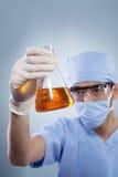 Γιατρός με τη χημική ουσία για το ιατρικό πείραμα Στοκ φωτογραφία με δικαίωμα ελεύθερης χρήσης