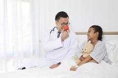 γιατρός με τον ασθενή κοριτσιών παιδιών Στοκ εικόνα με δικαίωμα ελεύθερης χρήσης