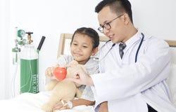 γιατρός με τον ασθενή κοριτσιών παιδιών Στοκ Εικόνα