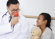 γιατρός με τον ασθενή κοριτσιών παιδιών Στοκ φωτογραφία με δικαίωμα ελεύθερης χρήσης