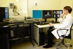Γιατρός με τον ασθενή στην υπολογισμένη τομογραφία Στοκ φωτογραφία με δικαίωμα ελεύθερης χρήσης