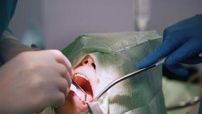 Γιατρός με τον ασθενή στο δωμάτιο στοματολογίας φιλμ μικρού μήκους