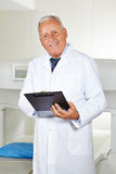 Γιατρός με τον πίνακα ελέγχου στην ακτινολογία Στοκ Φωτογραφίες