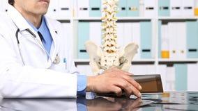 Γιατρός με τον υπολογιστή ταμπλετών, ιατρική έννοια απόθεμα βίντεο