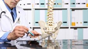 Γιατρός με τον υπολογιστή ταμπλετών, ιατρική έννοια φιλμ μικρού μήκους