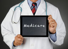 Γιατρός με τον υπολογιστή Medicare ταμπλετών Στοκ φωτογραφία με δικαίωμα ελεύθερης χρήσης