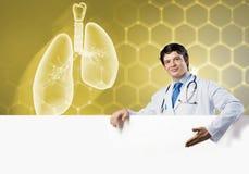 Γιατρός με το έμβλημα Στοκ Φωτογραφία