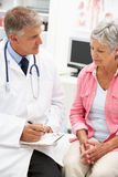 Γιατρός με το θηλυκό ασθενή στοκ φωτογραφία με δικαίωμα ελεύθερης χρήσης