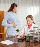 Γιατρός με το νέο θηλυκό ασθενή στοκ φωτογραφίες με δικαίωμα ελεύθερης χρήσης