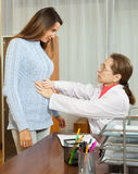 Γιατρός με το νέο θηλυκό ασθενή στοκ εικόνα με δικαίωμα ελεύθερης χρήσης