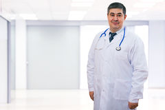 Γιατρός με το στηθοσκόπιο γύρω από το λαιμό του που εξετάζει τη κάμερα Στοκ Εικόνα